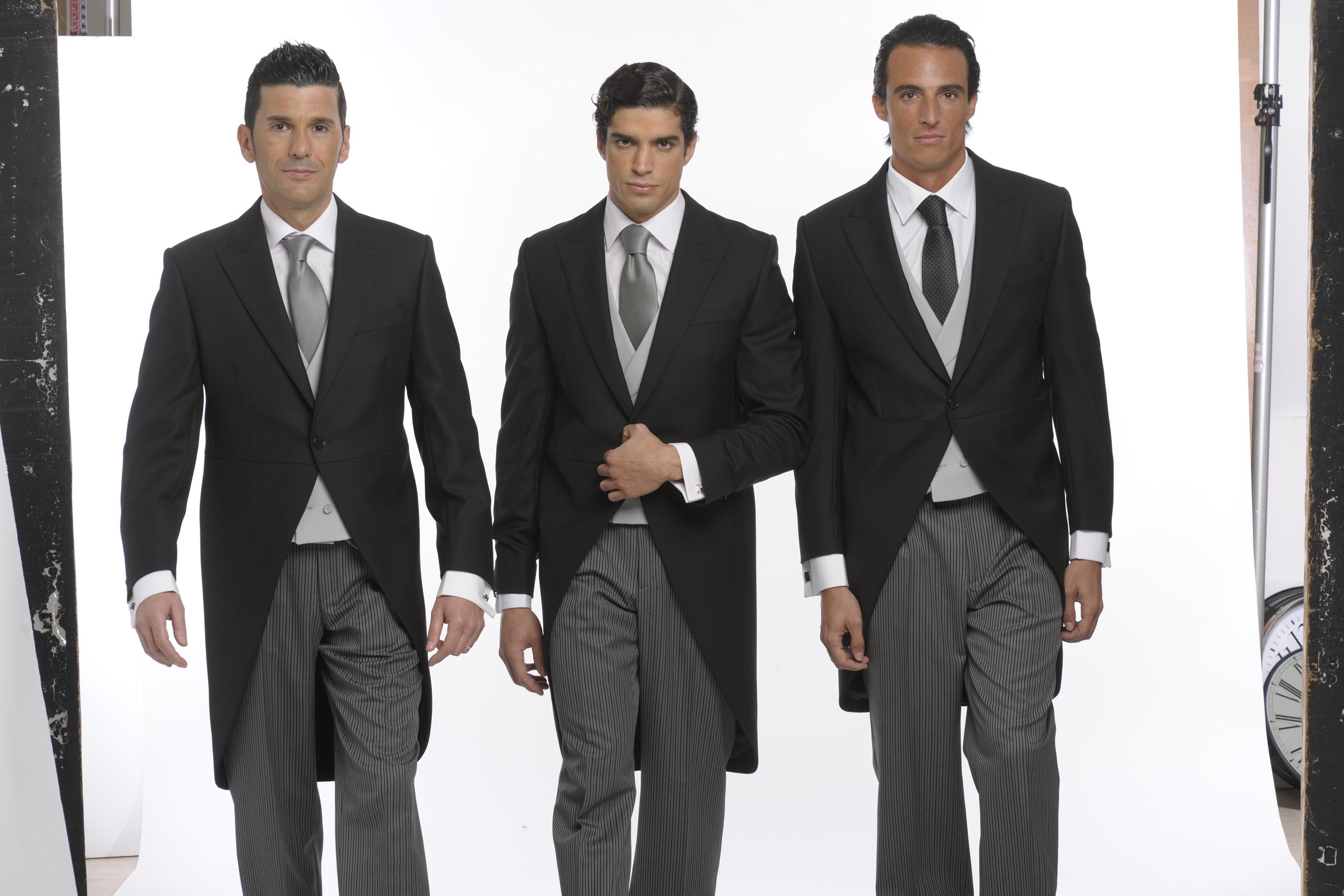 tres modelos vestidos de chaqué clásico