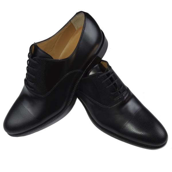 zapato negro picado en puntera