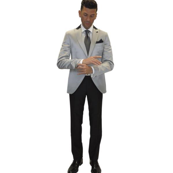 Blazer plata combinado con pantalón negro