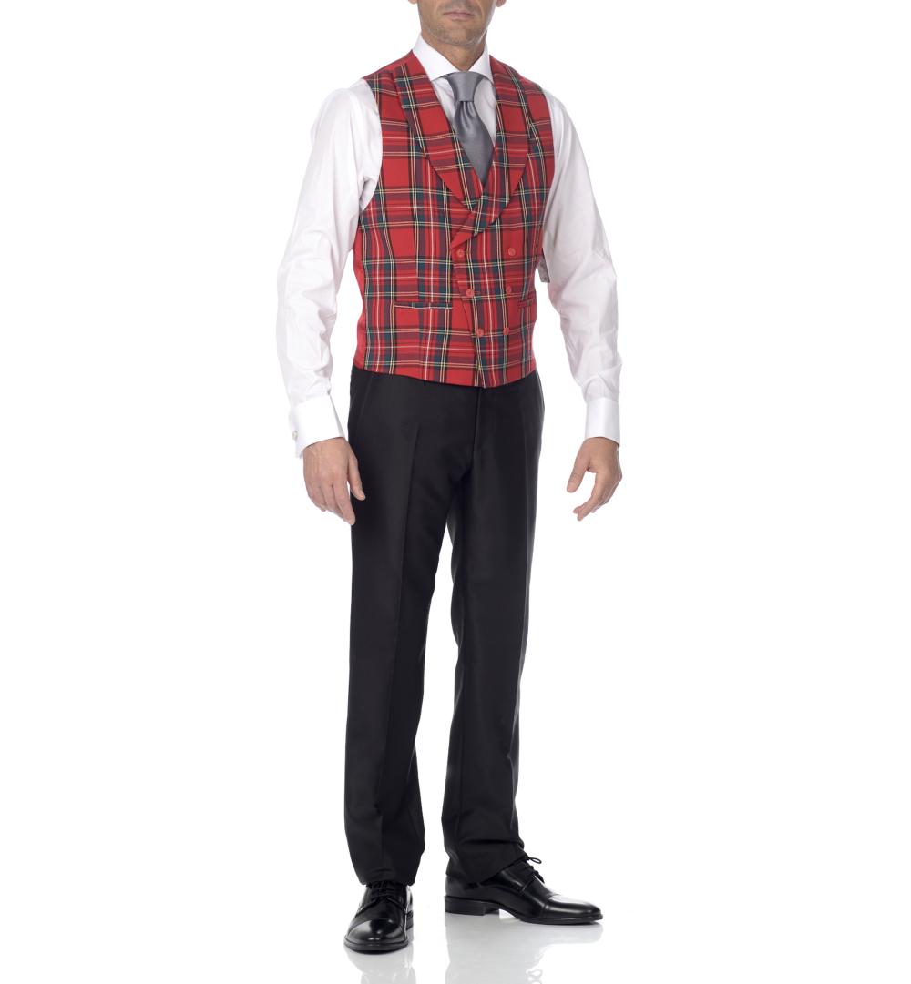 Chaleco escoces rojo y pantalón negro.