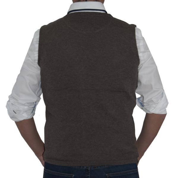 Detalle espalda chaleco marrón.