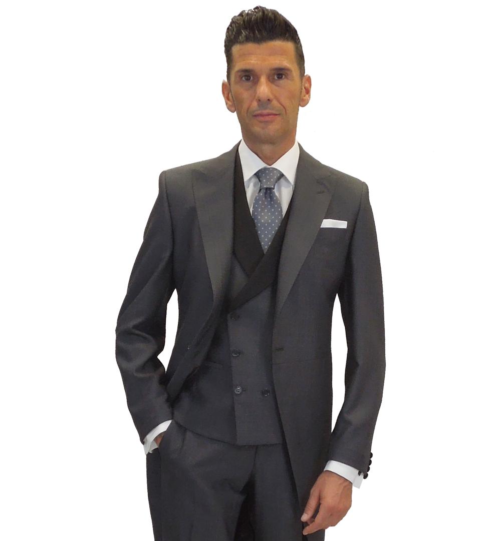 detalle de chaleco con solapa negra y corbata gris con topos blancos