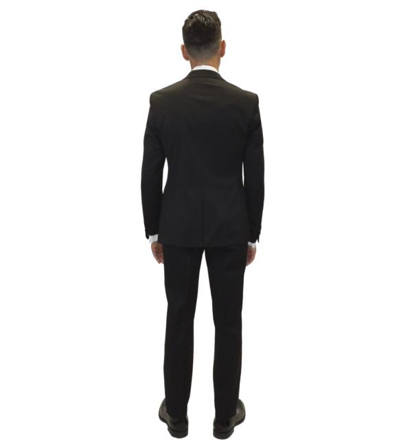 Parte trasera del traje negro con una abertura en el centro