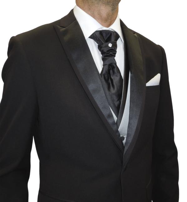 detalle de la solapa de raso, corbatón y chaleco