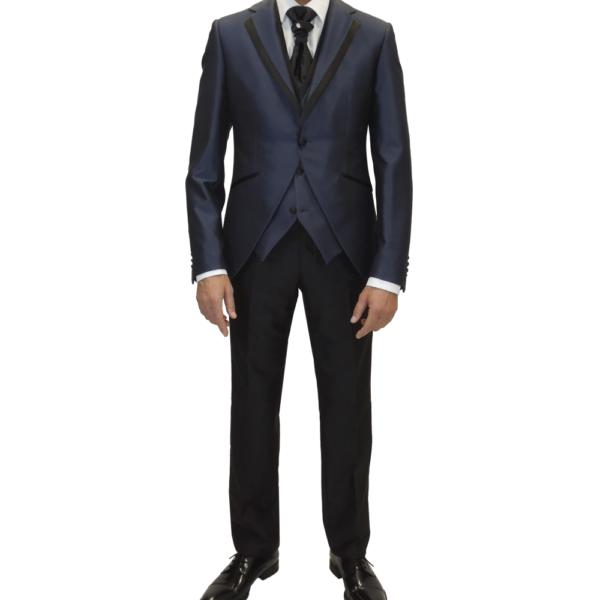 Traje entallado de novio en azul índigo con pantalón negro y chaleco a juego con la chaqueta.