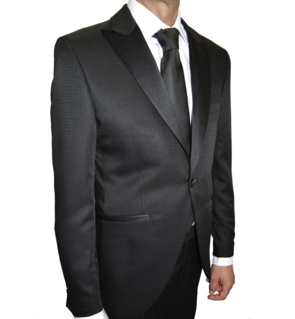 Detalle relieve chaqueta traje de novio negro