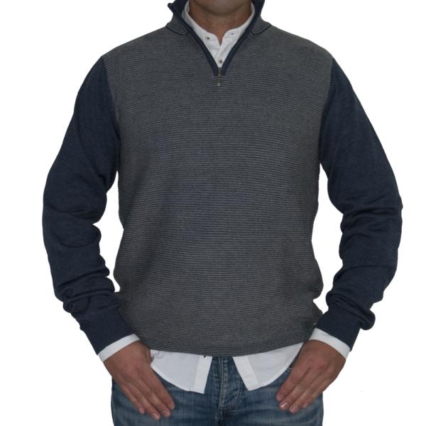 Jersey rayado en tonos grises y azules.