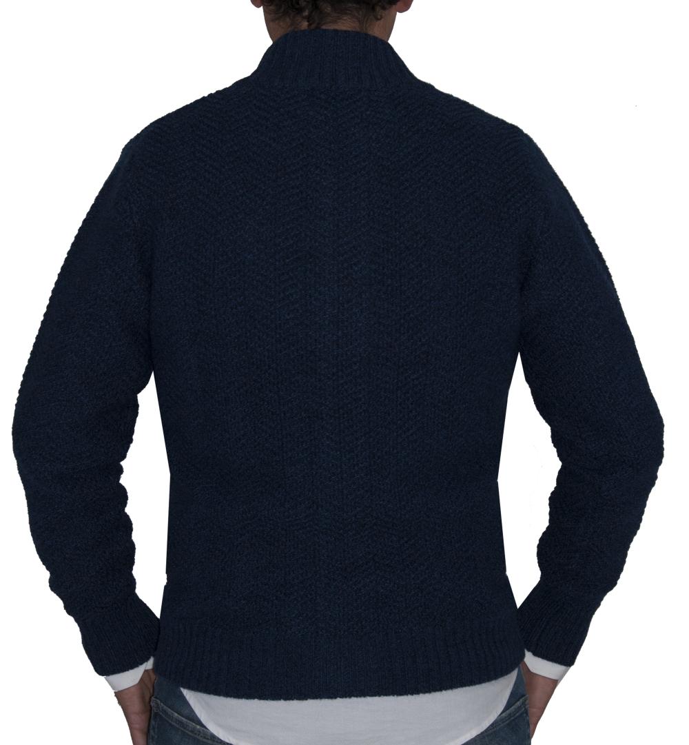 Detalle de espalda chaqueta azul.