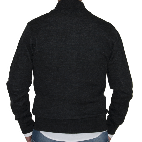 Detalle espalda lisa chaqueta gris.