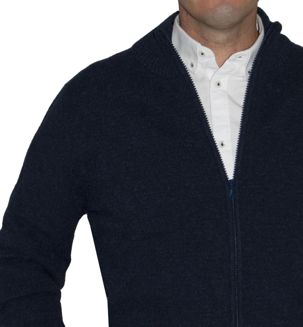 Detalle cremallera, chaqueta de lana azul marino.