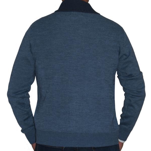 Detalle espalda chaqueta azul.