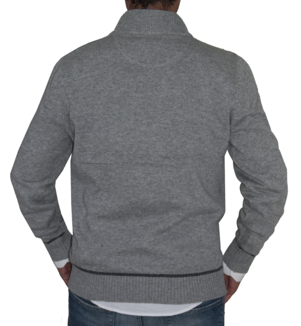 Detalle espalda jersey gris.