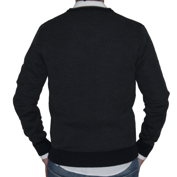 Detalle espalda jersy de lana con dibujo marino y gris.