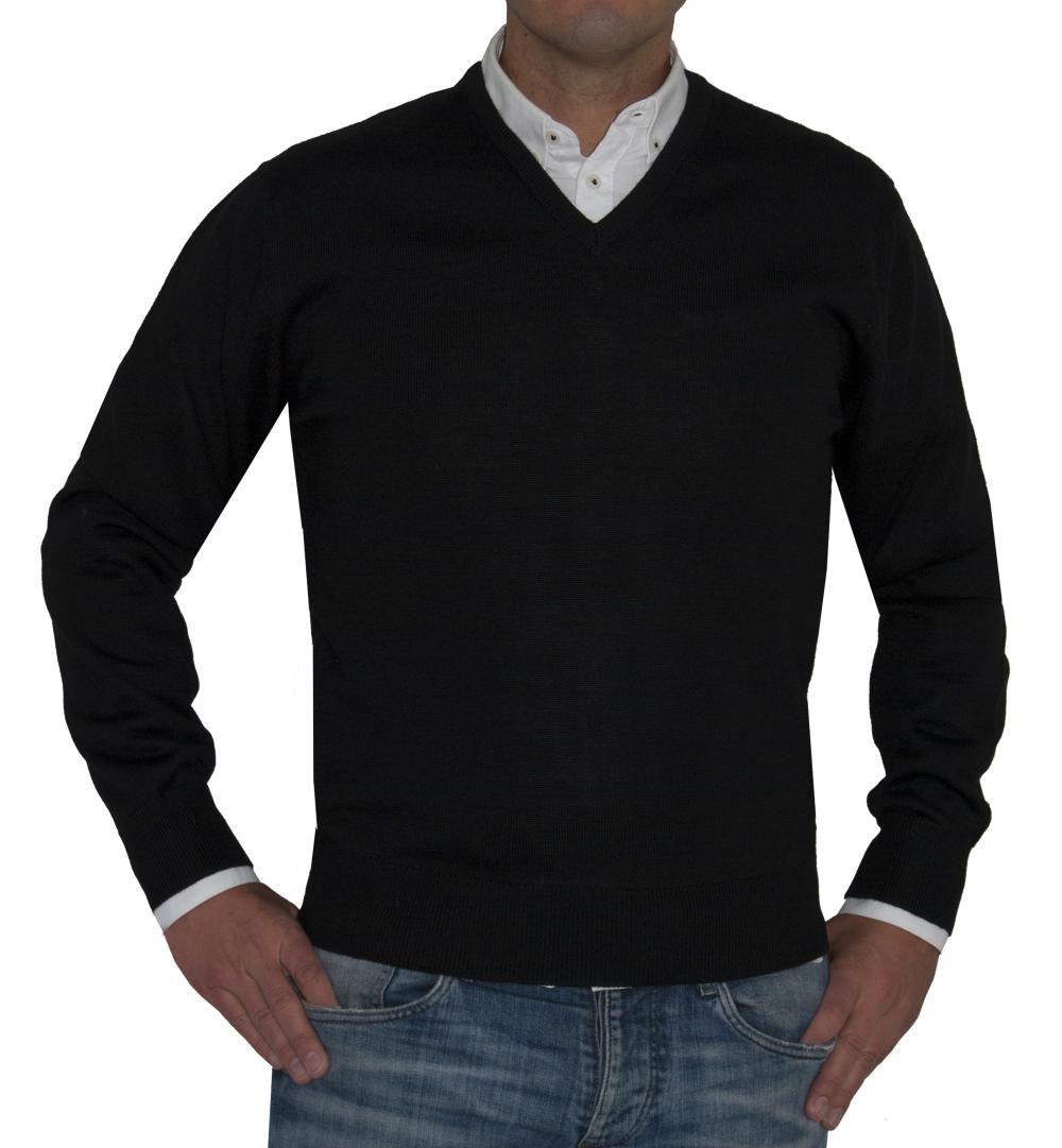 Jersey negro cuello pico.