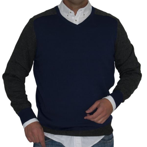 Jersey cuello pico azul y gris.