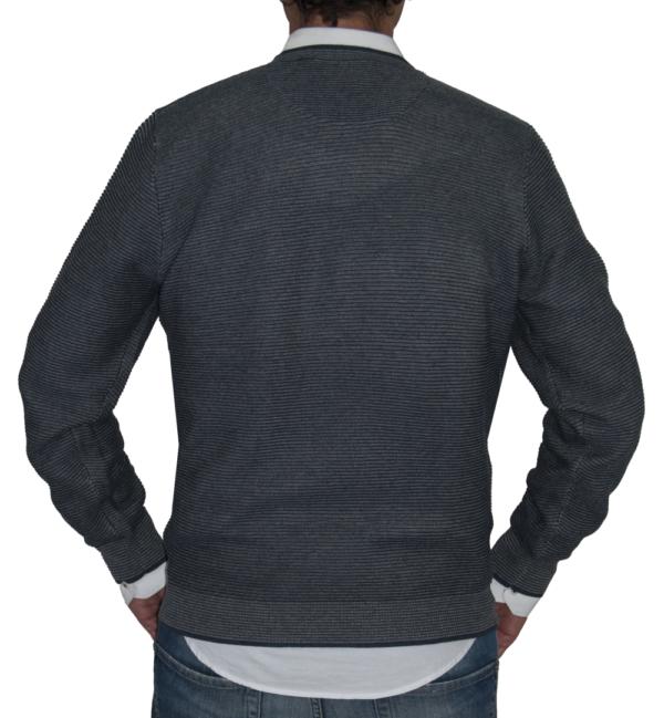Detalle espalda jersey rayado azul y gris.