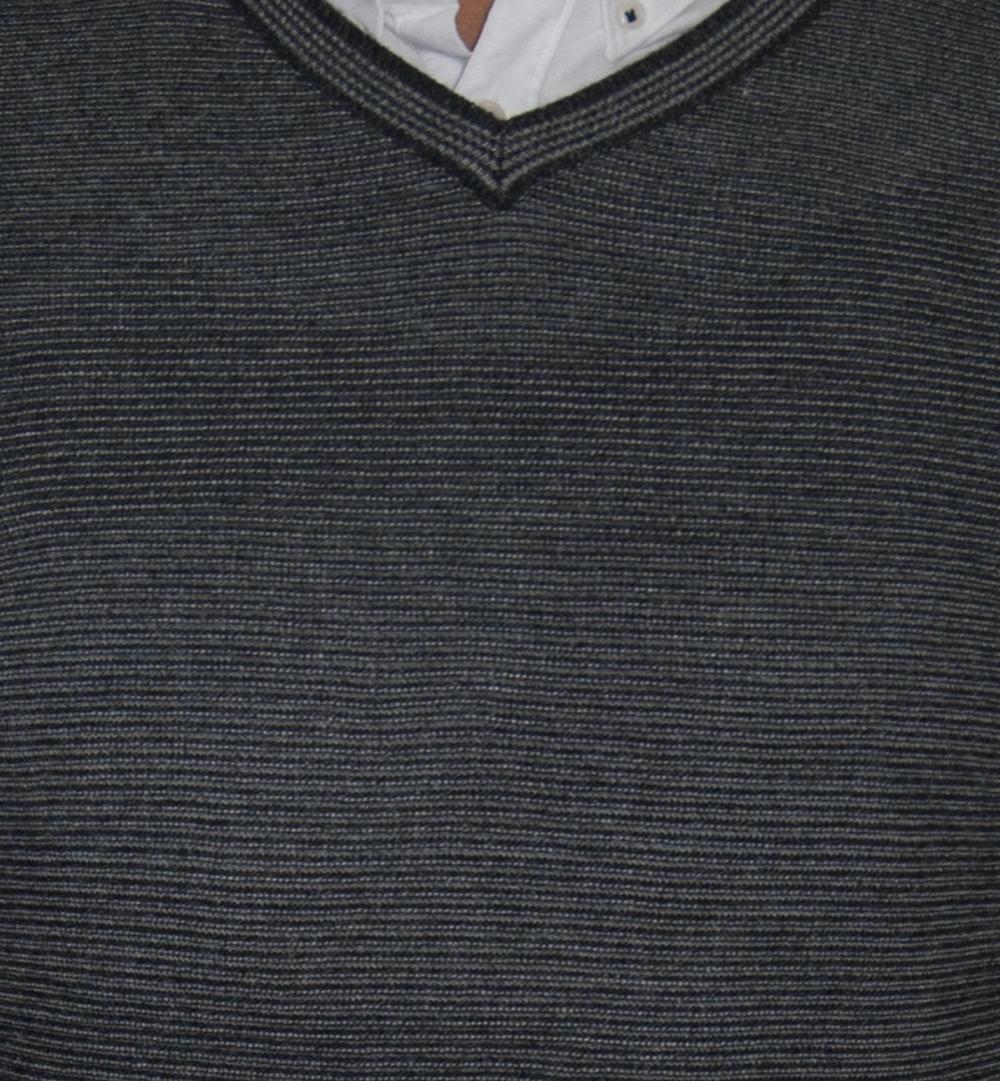 Detalle rayado gris.