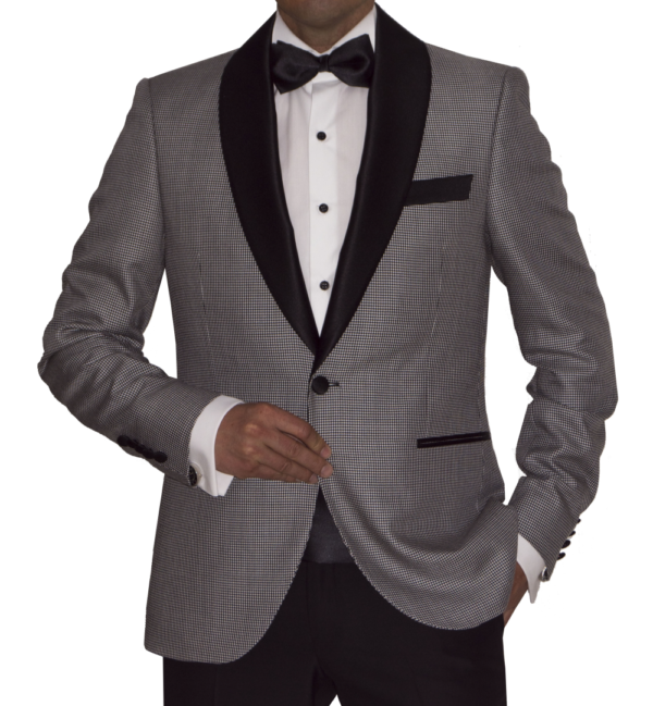 Detalle chaqueta esmoquin blanco y negro.